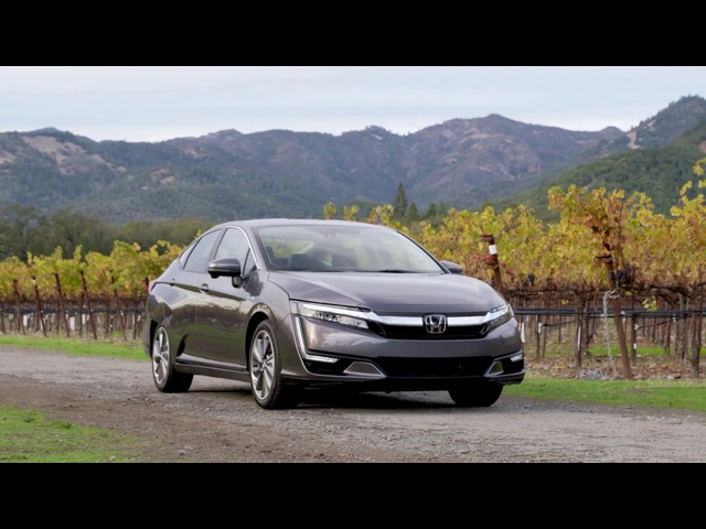<em>Honda</em> Clarity Plug-in Hybrid 2018| First Look | with Steve Hammes | TestDriveNow